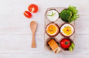 oeufs durs pour le petit déjeuner sur la table en bois. photo