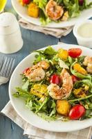 salade de crevettes et roquette saine photo