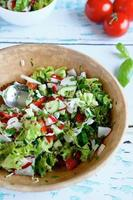 salade de légumes d'été dans un grand bol