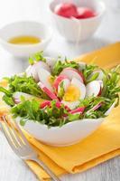 salade saine avec radis aux œufs et feuilles vertes