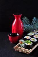 sushi végétarien fait maison avec avocat, tomate, poivrons et laitue.