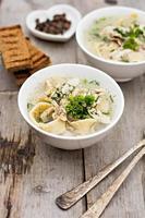 bol de soupe aux nouilles et au poulet photo