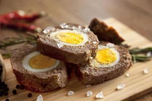 pain de viande au four avec des œufs durs pour Pâques