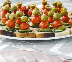 nourriture bien décorée, canapés, froid, charcuterie, buffet
