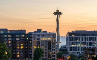 aiguille spatiale de Seattle au coucher du soleil avec condos photo