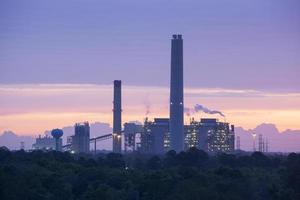 lever de soleil industriel photo
