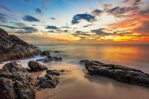 sombre coucher de soleil tropical