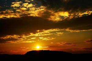 coucher de soleil orange en montagne