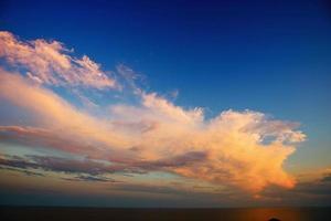 coucher de soleil sur les montagnes photo