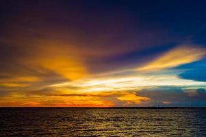 paysage marin avant le coucher du soleil @ krabi photo