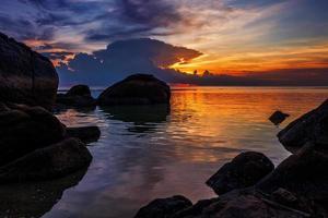 plage tropicale au coucher du soleil. photo