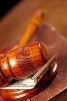 juge marteau avec de l'argent closeup photo