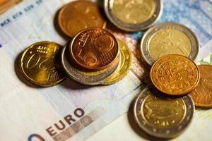 pièces en euros et billets en argent.