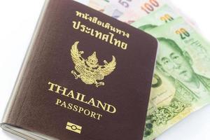 passeport thaïlandais avec de l'argent thaïlandais photo