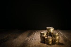 tas de pièces d'or sur un fond sombre naturel photo