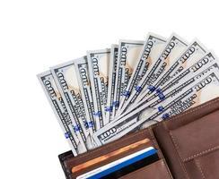 portefeuille rempli de nombreux états-unis cent dollars photo