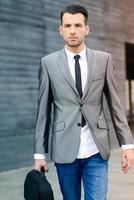 jeune homme d'affaires près d'un immeuble de bureaux photo