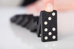 main de femme jouant au domino