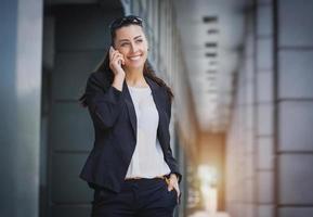 femme d'affaires réussie, parler au téléphone portable. photo
