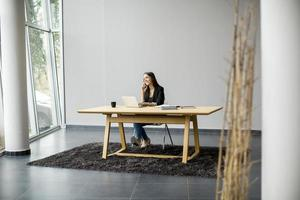 jeune femme travaillant au bureau photo