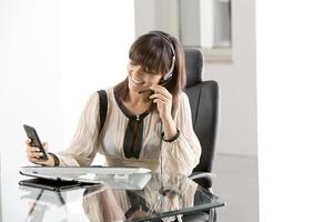 jeune femme d'affaires au bureau photo