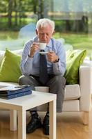 homme d'affaires senior, boire du café photo