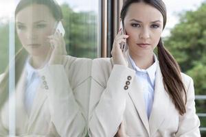 portrait, confiant, femme affaires, répondre, téléphone portable photo