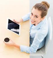 femme affaires, à, tablette numérique, et, café photo