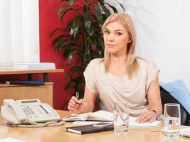 portrait, jeune, femme affaires, bureau photo