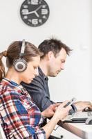 photo de deux personnes travaillant au bureau