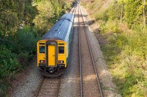 Train à deux voitures sur rails