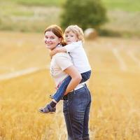 jeune maman et son petit fils s'amusent photo