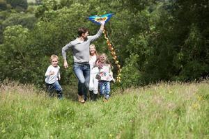 cerf-volant volant avec la famille dans le parc photo