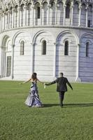 mariée et le marié marchant après la cérémonie de mariage à pise