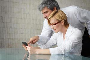 jeune, hommes affaires, bureau, regarder, financier, données, tablette photo