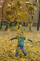 enfants heureux dans le parc en automne photo