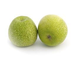 pommes granny smith sur fond blanc.