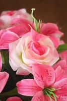 belle de fleurs mélangées fleurs artificielles photo