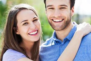 jeune couple, étreindre photo