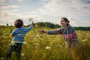fils donne des fleurs à maman photo