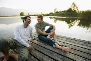 deux amis se détendre sur la jetée. photo