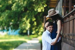 homme et femme s'embrassant