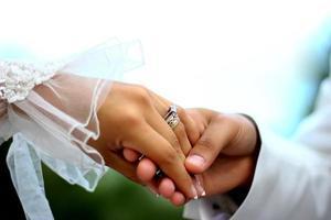 mains de mariage photo