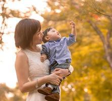 mère asiatique et son fils s'amuser en plein air