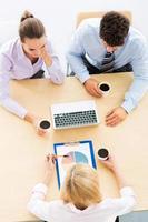 portrait grand angle de gens d'affaires à table photo