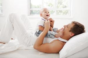 jeune père avec son fils de neuf mois sur la photo
