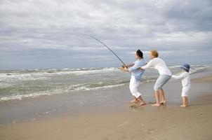 équipe de famille heureuse pêche au gros photo