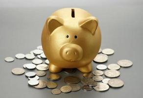 tirelire dorée avec pièces de monnaie. concept financier photo