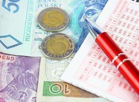 billet de loterie avec stylo et argent poli photo