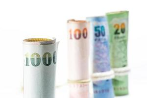 Billets d'argent thaïlandais sur fond blanc. photo
